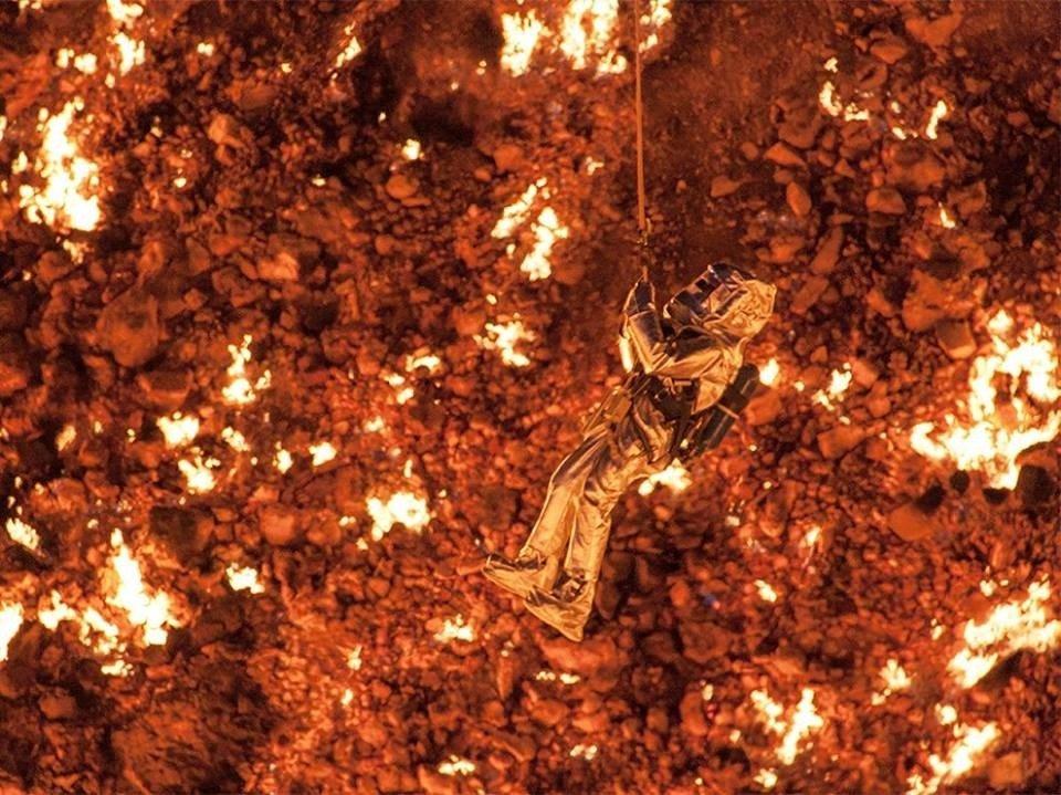 Pirmais cilvēks nolaidies 1000 grādu karstajos 'elles vārtos'