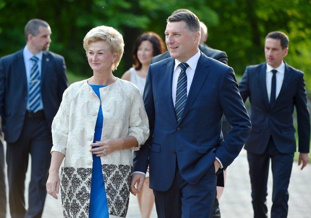 """Первой леди Латвии — 50, а вот 11 ее фото с первыми шагами на этой """"работе""""!"""