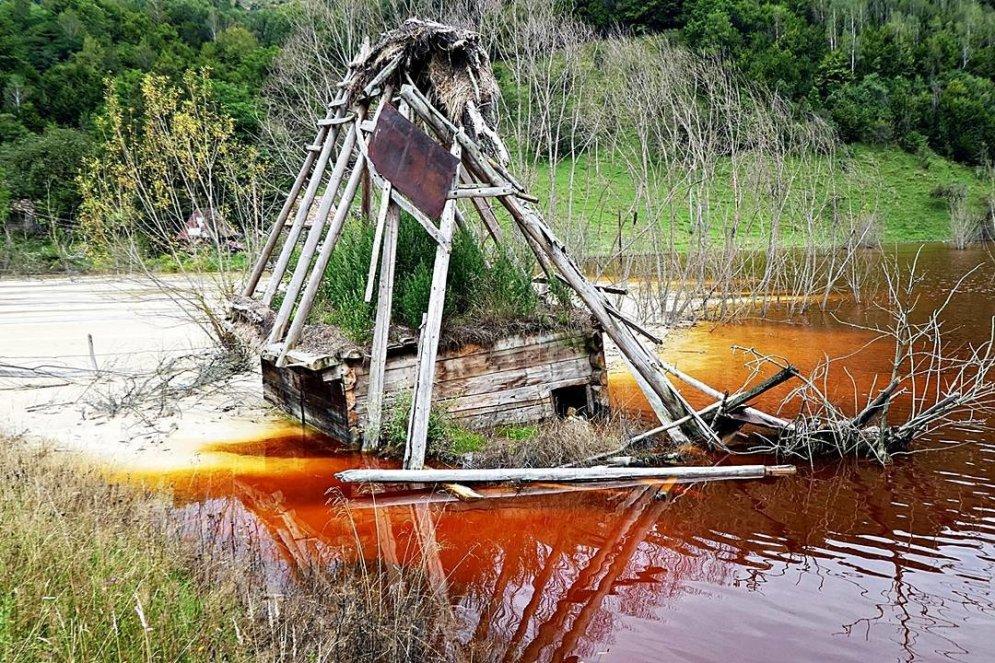 Компания, топящая деревню в токсичной жиже, не хочет, чтобы кто-то видел эти фото