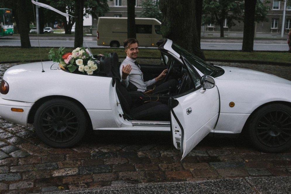 Unikāli kāzu foto: Igauņu līgava pati iemūžina savas kāzas