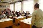 """Radiodīdžejs Kaspars Upacieris vada mācību stundu Rīgas 41. vidusskolā, piedaloties akcijā """"Iespējamā misija skolām un līderiem""""."""