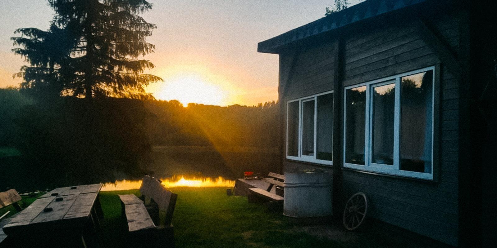 Своими руками: как свадебная беседка на берегу озера под Алуксне превратилась в домик мечты