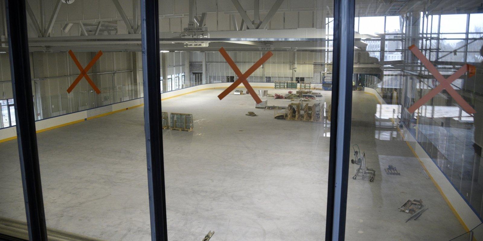 Defekti, parādi un 'mūžīgā uguns' treneru istabās: jaunās ledus halles nedienas turpinās