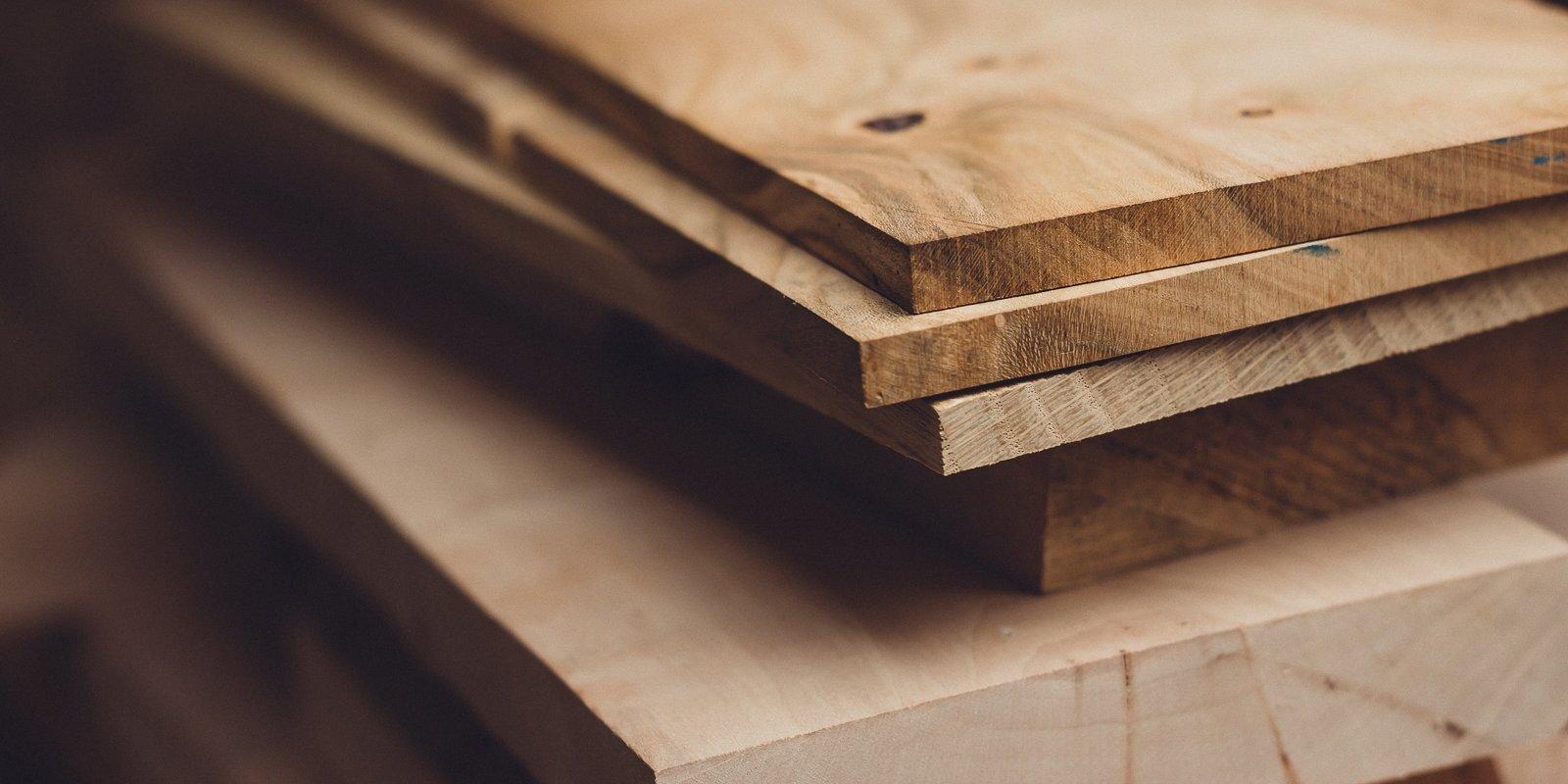 Kokmateriālu cenām straujš kāpums; sadārdzinās mēbeles un moduļu mājas