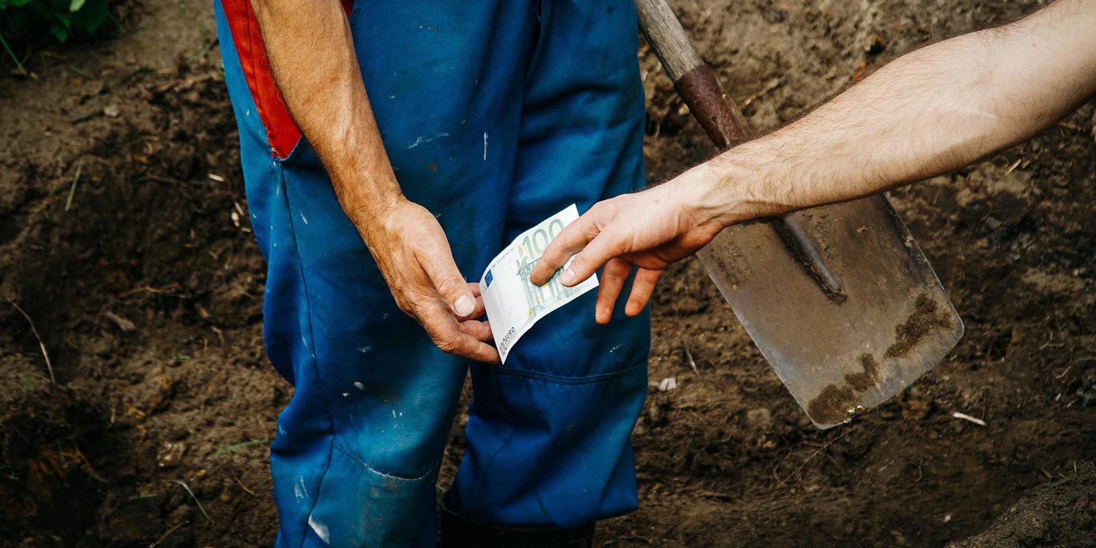 Вырыть могилу, отнести гроб, налоги — по желанию. Как устроена похоронная отрасль в Латвии