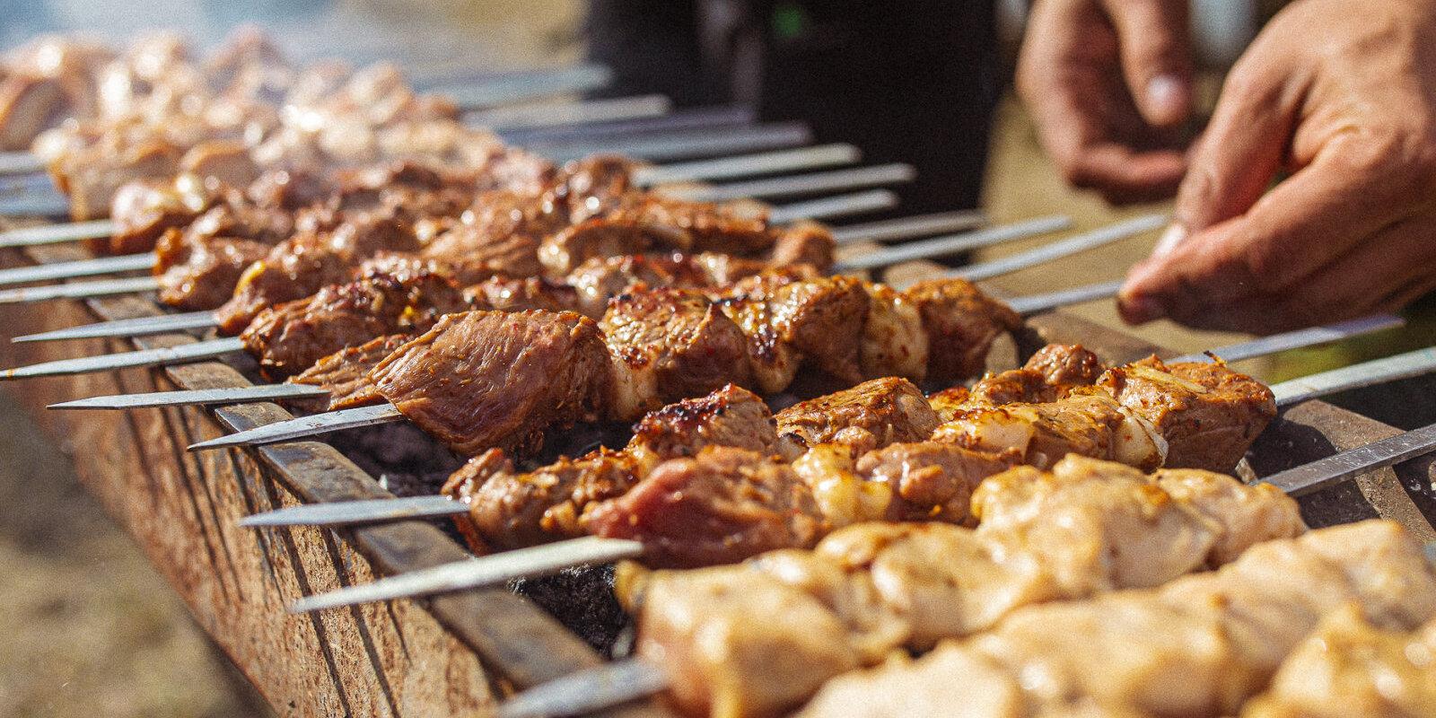 Шашлык по правилам и без. Пять латвийских шеф-поваров рассказывают о том, как приготовить главное летнее блюдо