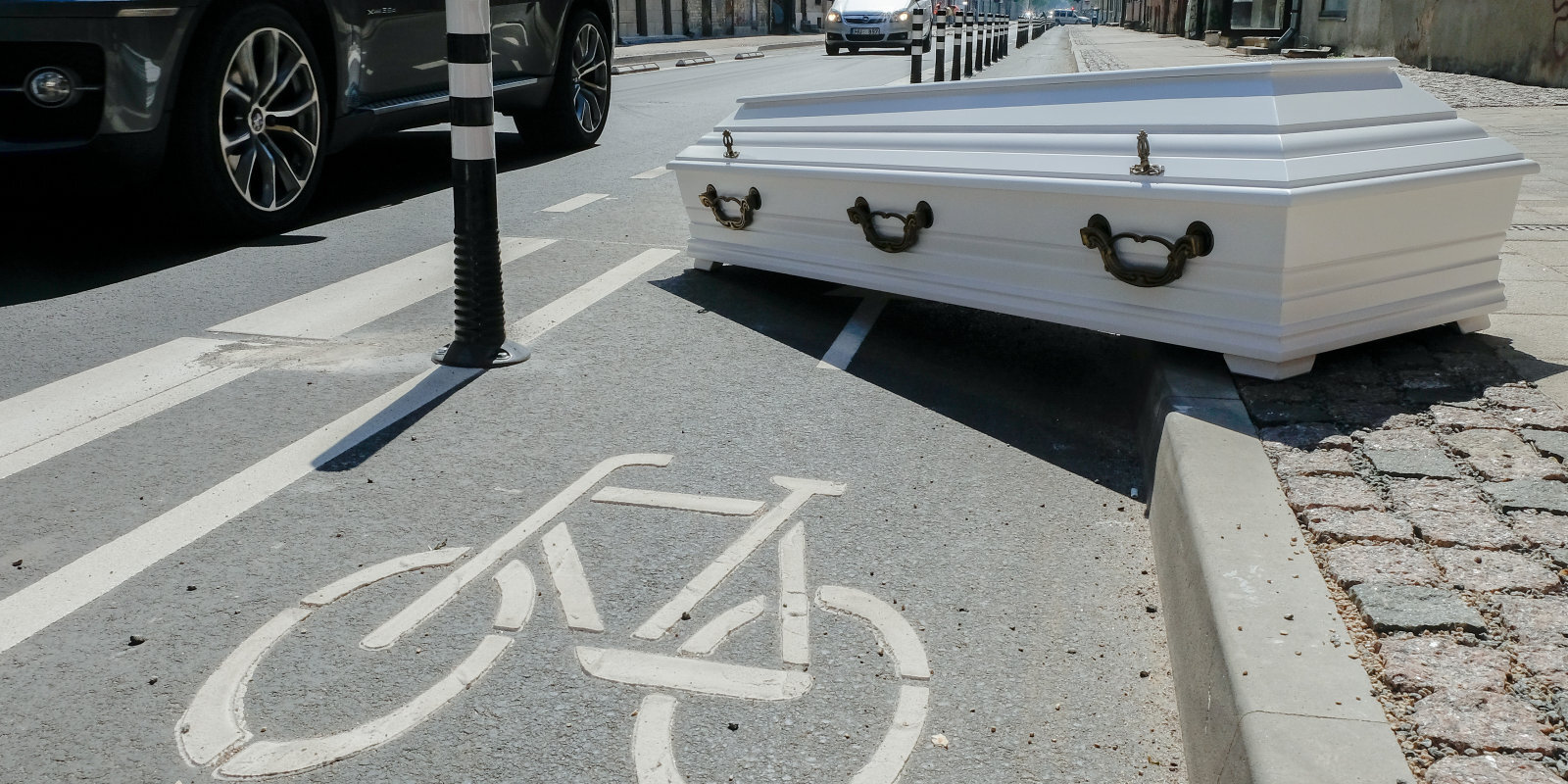 Tiekam apglabāti aiz stabiņiem! Kādēļ Bruņinieku ielas iedzīvotāji nepriecājas par remontu