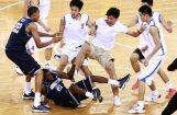 Video: ASV un Ķīnas studentu basketbola  komandas sarīko kautiņu laukumā