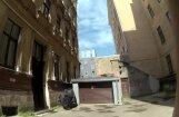 Uz garāžas jumta Rīgā pēc atteikuma diedelēt naudu trīs jaunieši piekauj paziņu