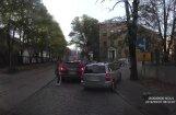 Video: Brauc pa trotuāru un zem 'ķieģeļa' – kā Rīgā izvairās no sastrēgumiem