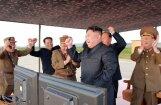 Foto: Kā Ziemeļkorejā gavilēja par ballistiskās raķetes izšaušanu pāri Japānai