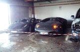 Foto: Stāvvietā Rīgā deguši divi 'Lamborghini' spēkrati