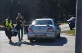 Video: Igaunijā visvairāk avāriju izraisījušo pensionāri no viņas 'Subaru' pārnes uz policijas busiņu