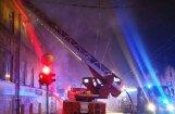 No degošas ēkas Rīgā izglābj un evakuē 27 cilvēkus