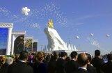 Foto: Turkmenistānas prezidents sev par godu uzcēlis zeltītu pieminekli
