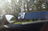 Video: Pie 'Sēnītes' grāvī ieslīdējis kravas auto no Polijas