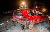 Foto: Auto avārijā Viļņā iesprosto aizmugurē sēdošo jaunieti