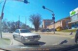 Video: BMW pūlas iebraukt tur, kur iebraukt aizliegts