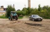 Video: Virves vilkšana Lietuvā – traktors pret 'Audi S8'; zaudētājs sadauza auto