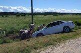 Video: Karavīri Carnikavā palīdz izstumt grāvī iebraukušu auto