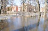Gājēju promenādē Jelgavā ūdens izskalojis krasta pamatni (video)