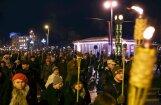 ФОТО: Зажжение свечей возле Рижского замка и факельное шествие