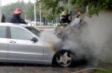 ВИДЕО: На стоянке магазина Podium загорелся Mercedes
