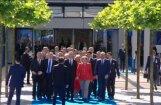 Video: Makrons izvairās no Trampa, lai pirmo sveiktu Merkeli