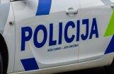 Salacgrīvā dzēris autovadītājs ietriecas policijas automašīnā
