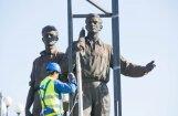 Foto: Viļņā demontē padomju darbaļaužu, studentu un karavīru statujas