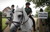 Foto: Briti dodas pie urnām lemt par savu nākotni