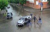 Video: Parasta auto avārija Krievijā izraisa pamatīgu kautiņu