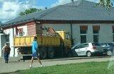 Foto: Kravas auto ietriecies Ventspils CSDD ēkā