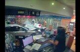 Video: Austrālijā auto ietriecas veikalā, gandrīz nogalinot sievieti