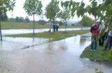 Ziepniekkalnā plīst ūdensvads, applūst Ozolciema iela