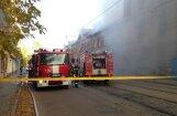 ФОТО, ВИДЕО: Пожар в жилом доме на Петерсалас - улица блокирована