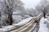 Autovadītāju ievērībai: sniegs un apledojums daudzviet apgrūtina braukšanu