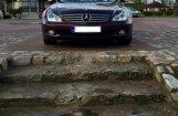 Foto: 'Mercedes Benz' nosprosto gājēju kāpnes pie Ventas rumbas