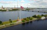 Foto: Uz AB dambja uzstāda augstāko Latvijas karogmastu