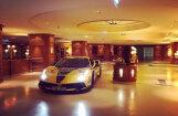 Foto: Betija ar dzelteno 'Ferrari' iebrauc Austrijas viesnīcas foajē