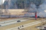 Foto: Pļavniekos plosās kūlas ugunsgrēks