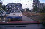 Video: 'Rīgas satiksmes' autobuss veic bīstamu apdzīšanu Ilūkstes ielā