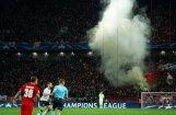 Maskavas 'Spartak' fani Čempionu līgas spēlē izkar plakātu 'UEFA - mafija' un aizdedzina dūmu sveces
