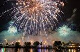 ФОТО: Фантастически красивый салют над Даугавой в честь Риги
