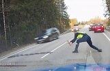 Video: Igaunijas policija ar dzelkšņiem aptur bēgoša zālītes pīpētāja auto