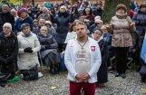 Поляки массово молятся на границе о спасении страны