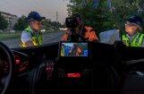 Autovadītājs skurbulī nespēj nostāvēt, bet sēžas pie stūres