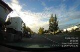Video: Nekaunīgs kravas auto vadītājs uz ceļa veic bīstamus manevrus