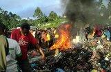 Pūlis Papua Jaungvinejā sadedzina 'raganu'