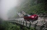 Video: 'Range Rover' hibrīds Ķīnā pa kāpnēm sasniedzis Debesu vārtu virsotni